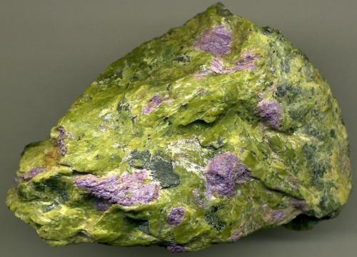 Serpentinite en vert et stichtite en violet)
